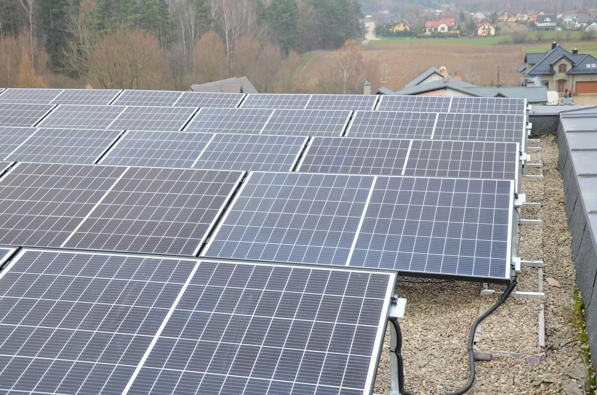 Panele słoneczne w instalacji komercyjnej