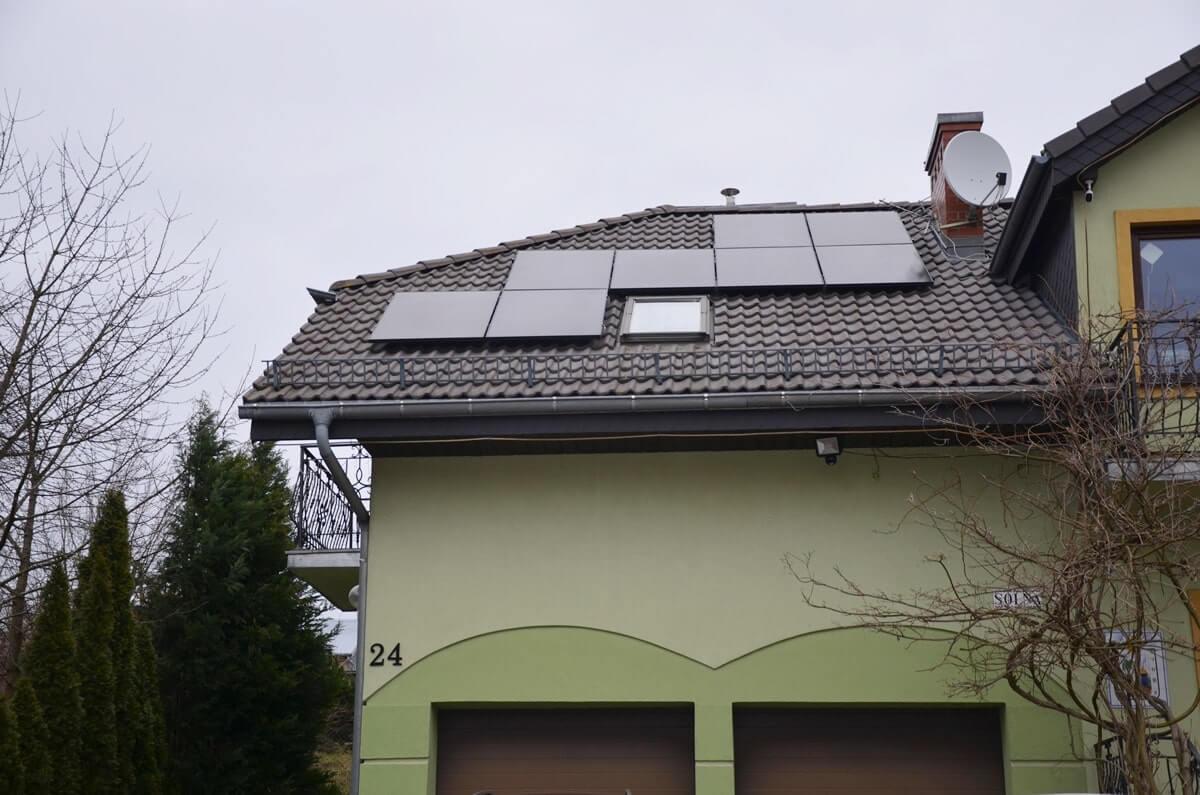 Panele słoneczne na dachu budynku